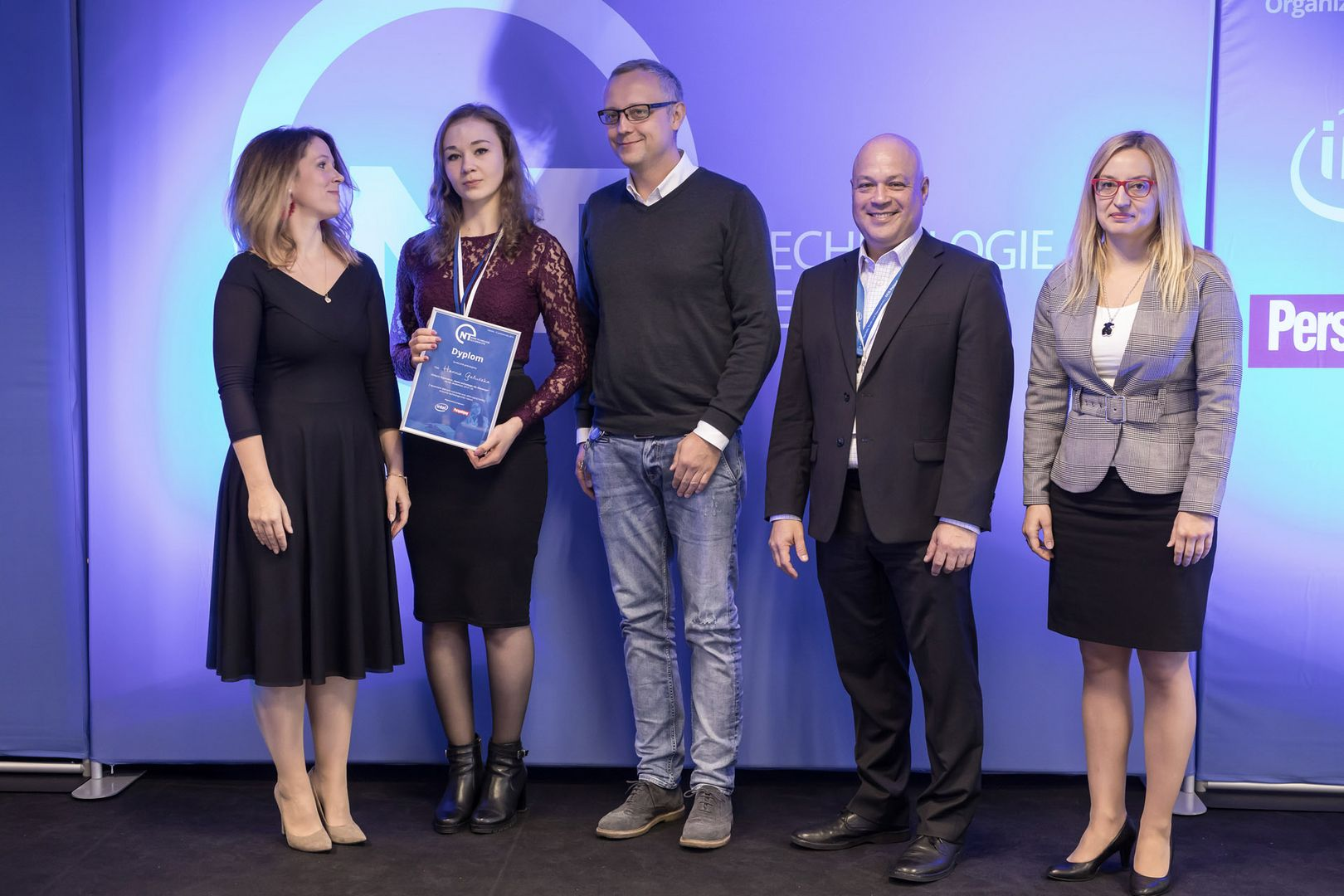 "Hanna Gałuszka receiving scholarship in the ""New Technologies for Girls 2018"" program"